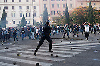 Roma: Roma: manifestanti caricano un blindato dei carabinieri costringendo a fuggire il carabiniere alla guida del mezzo, durante il corteo organizzato dagli indignati per protestare contro la crisi economica mondiale.<br /> <br /> <br /> Rome: the demonstrators assalt a police van. The policeman at the wheel is forced to flee