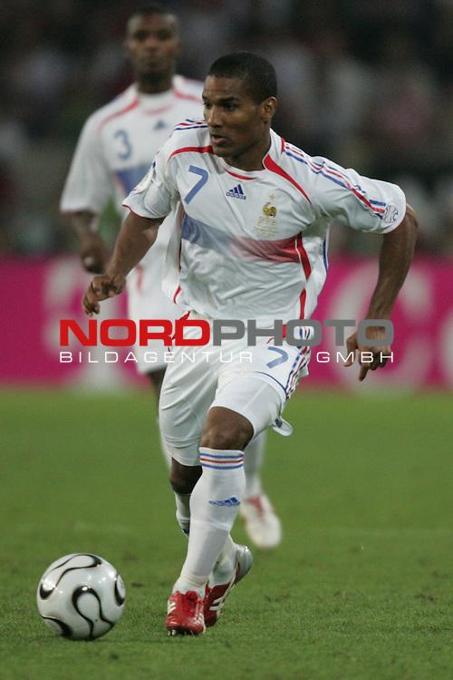 FIFA WM 2006 -  Round of Sixteen - / Achtelfinale<br /> Play    #56  (27-Jun) - Spanien - Frankreich 1:3<br /> <br /> Florent Malouda von Frankreich in Einzel Aktion.<br /> Florent Malouda treibt den Ball nach vorne.<br /> <br /> Foto &copy; nordphoto