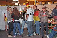 Public Viewing auf dem Marktplatz am Ratskeller, Fans diskutieren die Geschehnisse vor der Verlängerung