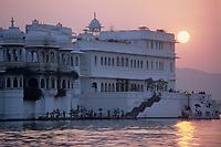 """Asie/Inde/Rajasthan/Udaipur: L'hôtel """"Taj Lake Palace"""" sur le lac Pichola dans la lumière du soir"""