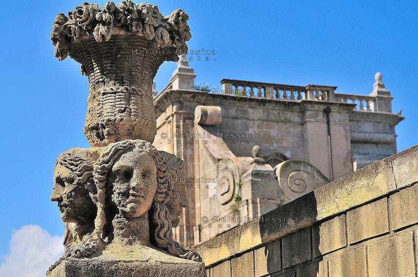 """Palermo, """"passeggiata delle cattive"""", statue."""