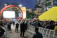 SÃO PAULO, SP - 19.06.2013: JOGOS DA SELEÇÃO ANHANGABAÚ  - Torcedores acompanham o jogo segundo jogo da seleção brasileira na arena montada no Vale do Anhangabaú em São Paulo. (Foto: Marcelo Brammer/Brazil Photo Press)