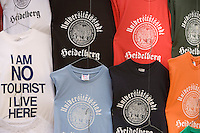 Europe/Allemagne/Bade-Würrtemberg/Heidelberg: tee-shirt souvenirs sur un étal