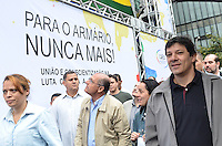 SAO PAULO, 02 DE JUNHO DE 2013 - MOVIMENTACAO PARADA GLBT - O prefeito Fernando Haddad, acompanhado da esposa Ana Estela Haddad, da vice Nadia Campeão e do Governador Geraldo Alckmin, chegam ao palco da Parada GLBT, na manha deste domingo, 02, Avenida Paulista, rgeião central da capital.  (FOTO: ALEXANDRE MOREIRA / BRAZIL PHOTO PRESS)