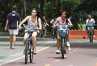 ATENÇAO EDITOR FOTO EMBARGADA PARA VEÍCULOS INTERNACIONAIS. SAO PAULO, 30 DE NOVEMBRO DE 2012 - CLIMA TEMPO SP - Apesar do sol aparecer entre as nuvens o calor segue forte com a maxima podendo chegar aos 30 graus o que levou muitos paulistanos a irem ao parque Ibirapuera na zona sul da capital para se exercitarem, caminhando, correndo ou  andando de bicicleta na tarde dessa sexta-feira, 30. FOTO LEVY RIBEIRO - BRAZIL PHOTO PRESS