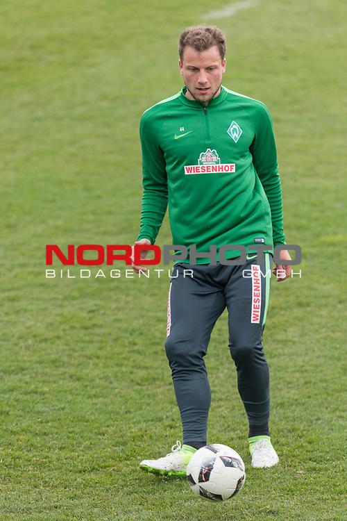 28.04.2017, Trainingsgelaende, Bremen, GER, 1.FBL, Training Werder Bremen<br /> <br /> im Bild<br /> Philipp Bargfrede (Bremen #44) am Ball, <br /> <br /> Foto &copy; nordphoto / Ewert