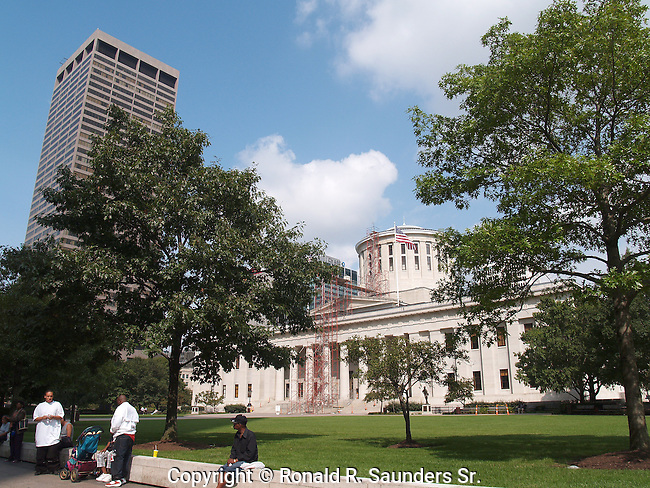 Unlike many U.S. state capital buildings,the Ohio Statehouse owes little to the architecture of the United States Capitol. It was designed and built before the U.S. Capitol was enlarged to its present form, with the large white dome that would become ubiquitous on government buildings in America.<br />