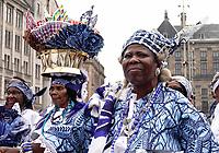 Nederland  Amsterdam - 2018.  Memre Waka optocht door de stad. Op 1 juni wordt in Amsterdam met de herdenkingstocht Memre waka de jaarlijkse Keti koti-maand geopend, die op 1 juli eindigt met de viering van de afschaffing van de slavernij (1 juli 1863). Deze mars wordt georganiseerd door stichting Eer en Herstel en vereniging Opo Kondreman, in samenwerking met onder meer NINSEE en de Black Heritage Tours. Kranslegging op de Dam.  Foto mag niet in negatieve / schadelijke context gepubliceerd worden.   Foto Berlinda van Dam / Hollandse Hoogte.