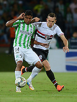 MEDELLÍN -COLOMBIA-19-11-2014. XXX (Der) jugador de Atlético Nacional de Colombia disputa el balón con xxx (Izq) jugador de Sao paulo de Brasil durante juego de ida de la semifinal en la Copa Total Sudamericana 2014 realizado en el estadio Atanasio Girardot de Medellín./ xxx (R) player of Atletico Nacional of Colombia fights for the ball with xxx (L) player of Sao Paulo of Brazil during the first leg match for the semifinals of the Copa Total Sudamericana 2014 played at Atanasio Girardot stadium in Medellin. Photo: VizzorImage/Luis Ríos/STR