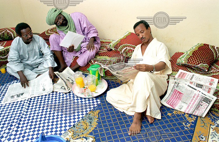 ©Crispin Hughes/Panos Pictures..MALI Gao 2003...Middle class family and friends having lunch.
