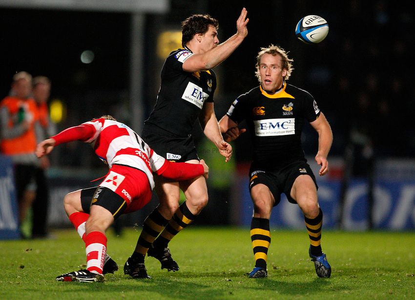 Photo: Richard Lane/Richard Lane Photography. London Wasps v Gloucester Rugby. LV= Cup. 15/11/2009. Wasps' Ben Jacobs passes.