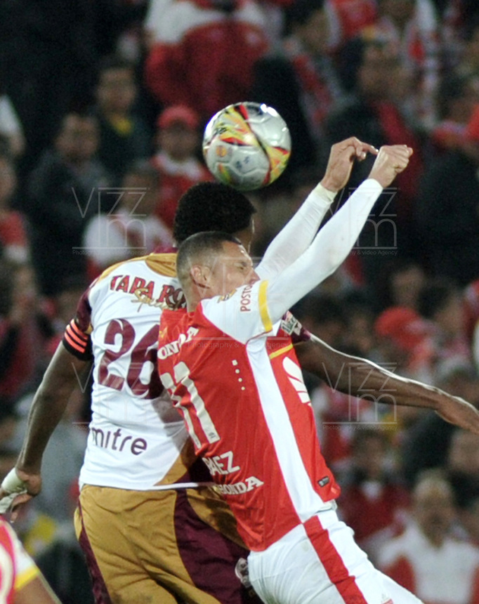 BOGOTA - COLOMBIA - 31-03-2015: Luis Perez (Der.) jugador de Independiente Santa Fe disputa el balón con Nicolas Palacios (Izq.) jugador de Deportes Tolima, durante partido adelantado por la fecha 14 entre Independiente Santa Fe y Deportes Tolima de la Liga Aguila I-2015, en el estadio Nemesio Camacho El Campin de la ciudad de Bogota. / Luis Perez (R) player of Independiente Santa Fe struggles for the ball with Nicolas Palacios (L) player of Deportes Tolima, during an advance match of the 14 date between Independiente Santa Fe and Deportivo Independiente Medellin for the Liga Aguila I -2015 at the Nemesio Camacho El Campin Stadium in Bogota city, Photo: VizzorImage / Luis Ramirez / Staff.