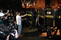 SAO PAULO, SP, 30.07.2013 - PROTESTO FORA ALCKMIN - Após Confronto com a Policia manifestantes saem da Av Paulista a caminho da 14 delegacia, Tropa de Choque da Polícia Militar bloqueia ruas ao redor da delegacia não permitindo a aproximação dos manifestantes, na noite desta terça-feira (30). (Foto: Marcelo Brammer / Brazil Photo Press).