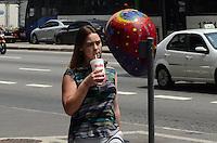 ATENCAO EDITOR: FOTO EMBARGADA PARA VEICULOS INTERNACIONAIS. SAO PAULO, SP, 03 DE DEZEMBRO DE 2012 - Paulistano vive tarde quente e ensolarada, na Avenida Paulista, regiao central da capital, nesta segunda feira, 03.  FOTO: ALEXANDRE MOREIRA - BRAZIL PHOTO PRESS.