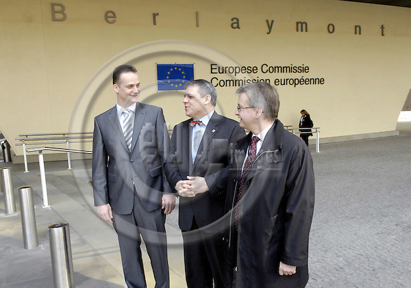 Brussels-Belgium - 10 April 2008---Volker HOFF (ce), Minister for Federal and European Affairs of Hessen / Germany, German MEP Michael GAHLER (ri)(CDU/EPP-ED), and Oliver PAASCH (le), Minister for Education and Research of the German-Speaking Community of Belgium, after their meeting with the European Commissioner in charge of Multilingualism and handing over a petition on the use of the German language in the EU-Institutions signed by MEPs and representatives of European Regions---Photo: Horst Wagner / eup-images