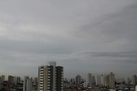 SÃO PAULO, SP, 27/03/2012, CLIMA TEMPO.<br /> <br /> O dia começou com o céu incoberto, temperatura em rápida elevação, estão previstas chuvas com rajadas de vento na parte da tarde.<br /> Luiz Guarnieri/ Brazil Photo Press.