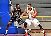 BOGOTA – COLOMBIA - 21 – 05 - 2017: Chaleston Doobs (Izq.) jugador de Piratas de Bogota, disputa el balón con Jhon Hernandez (Der.) jugador de Cimarrones de Choco, durante partido entre Piratas de Bogota y Cimarrones de Choco por la fecha 2 de Liga  Profesional de Baloncesto Colombiano 2017 en partido jugado en el Coliseo El Salitre de la ciudad de Bogota. / Chaleston Doobs (L) player of Piratas of Bogota, fights for the ball with Jhon Hernandez (R) player of Cimarrones of Choco, during a match between Piratas of Bogota and Cimarrones of Choco, of the  date 2 for La Liga  Profesional de Baloncesto Colombiano 2017, game at the El Salitre Coliseum in Bogota City. Photo: VizzorImage / Luis Ramirez / Staff.
