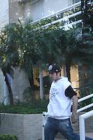 SÃO PAULO - SP - 06 DE MARÇO 2013. MORTE CHORÃO - Champignon, baixista da banda de rock santista, Charlie Brown Jr, é visto no saguão do prédio de Chorão, vocalista e líder da banda, onde o músico foi encontrado morto nesta madrugada, 6, em Pinheiros, na zona oeste de São Paulo. FOTO: MAURICIO CAMARGO / BRAZIL PHOTO PRESS.