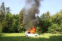 Brennendes Auto im Übungsszenario - Messel/Egelsbach 12.05.2018: Feuerwehr-Großübung im Wald