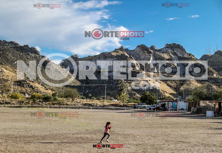 una niña corre por el campo, durante las celebraciones de cuaresma. Semana Santa .<br /> A girl runs through the countryside during the Lenten celebrations. Easter<br /> (Photo:Luis Gutierrez/NortePhoto)