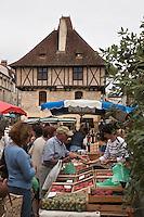 Europe/Europe/France/Midi-Pyrénées/46/Lot/Saint-Céré: Marché sur la Place du Mercadial, en fond la Maison des Consuls