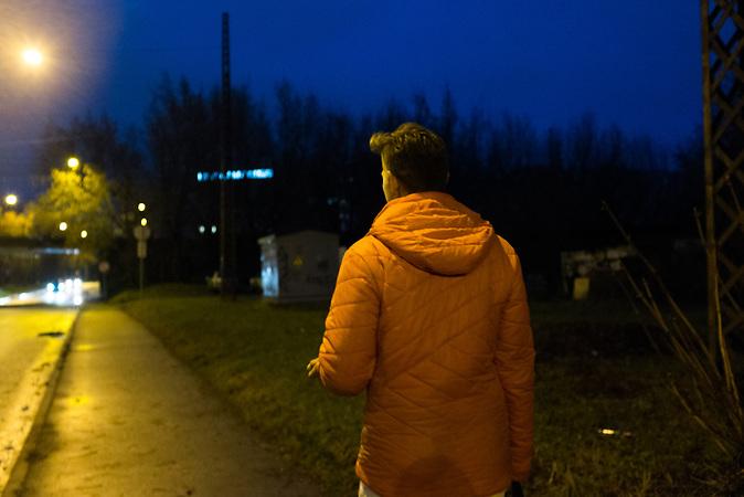 Andrej Rodionovist (26) auf dem Weg nach Hause. Er studiert an der Universit&auml;t in Riga Wirtschaft. Rodionovist sagt von sich selber, er sei aus politischen Gr&uuml;nden emigriert. <br /> <br /> Seit einigen Jahren wandern vermehrt Russen in das benachbarte Lettland aus - derzeit sind 50.000 russische Staatsb&uuml;rger in Besitz einer st&auml;ndigen Aufenthaltsgenehmigung in dem baltischen Land.<br /> Seitdem Lettland 2004 Teil der Europ&auml;ischen Union ist, sind etwa zehn Prozent der Letten ins emigriert. In der Hauptstadt Riga bieten sich f&uuml;r junge Zuwanderer besonders auch beruflich aussichtsvolle Perspektiven.