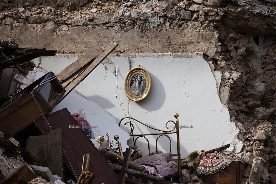 L'aquila, Abruzzo, Italia. 08.04.2009. Restene av et soverom i Onna. Klokken 03:32 den 6 april 2009. Et jordskjelv som måler 6.3 ryster byen. 309 mennesker mister livet. Fem år senere sliter de som overlevde fortsatt med etterskjelvene, i form av en guffen cocktail av uærlige offentlige tjenestemenn, mafia og 494 millioner øremerkede euro på avveie. Fotografier til bruk i feature i DN lørdag 05.04.2014. Foto: Christopher Olssøn.