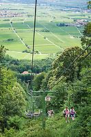 Deutschland, Rheinland-Pfalz, Suedliche Weinstrasse, Edenkoben: Die Rietburgbahn, ein Sessellift, fuehrt von der Talstation nahe der Villa Ludwigshoehe (kleines Schloss und ehemalige Sommersitz des Koenigs Ludwig I. von Bayern), hinauf zur Rietburg, die um 1200 erbaut wurde | Germany, Rhineland-Palatinate, Southern Wine Route, Edenkoben: with chairlift Rietburgbahn ascend to castle ruin Rietburg, built around 1200