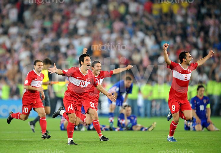 FUSSBALL EUROPAMEISTERSCHAFT 2008 Kroatien - Tuerkei    20.06.2008 Die tuerkischen Spieler jubeln nach dem Sieg im Elfmeterschiessen, dahinter die enttaeuschten Kroaten.