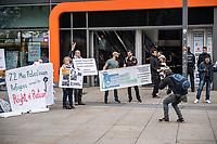 Kundgebung gegen den Verkauf von Hewlett Packard-Geraeten bei Saturn.<br /> Etwa 20 Mitglieder antiisraelische BDS-Bewegung hielten am Dienstag den 25 Juli 2017 eine Kundgebung vor der Filiae des Elektrokaufhaueses Saturn am Berliner Alexanderplatz ab. BDS (Boycott, Divestment and Sanctions) fordert dazu auf den Verkauf von Hewlett-Packard Geraeten zu boykottieren. Hewlett-Packard wuerde einen Teil seiner Software und Hardware in Israel produzieren und damit die Besatzungspolitik der israelischeen Regierung in Palaestina unterstuetzen.<br /> Gegen diese antiisraelische Kundgebung protestierten ca. 30 sog. Antideutsche.<br /> 25.7.2017, Berlin<br /> Copyright: Christian-Ditsch.de<br /> [Inhaltsveraendernde Manipulation des Fotos nur nach ausdruecklicher Genehmigung des Fotografen. Vereinbarungen ueber Abtretung von Persoenlichkeitsrechten/Model Release der abgebildeten Person/Personen liegen nicht vor. NO MODEL RELEASE! Nur fuer Redaktionelle Zwecke. Don't publish without copyright Christian-Ditsch.de, Veroeffentlichung nur mit Fotografennennung, sowie gegen Honorar, MwSt. und Beleg. Konto: I N G - D i B a, IBAN DE58500105175400192269, BIC INGDDEFFXXX, Kontakt: post@christian-ditsch.de<br /> Bei der Bearbeitung der Dateiinformationen darf die Urheberkennzeichnung in den EXIF- und  IPTC-Daten nicht entfernt werden, diese sind in digitalen Medien nach §95c UrhG rechtlich geschuetzt. Der Urhebervermerk wird gemaess §13 UrhG verlangt.]