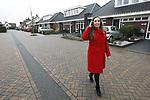 Foto: VidiPhoto<br /> <br /> OPHEUSDEN – Makelaar Bertine van Mourik uit Opheusden voor de levensloopbestendige woningen in Opheusden.