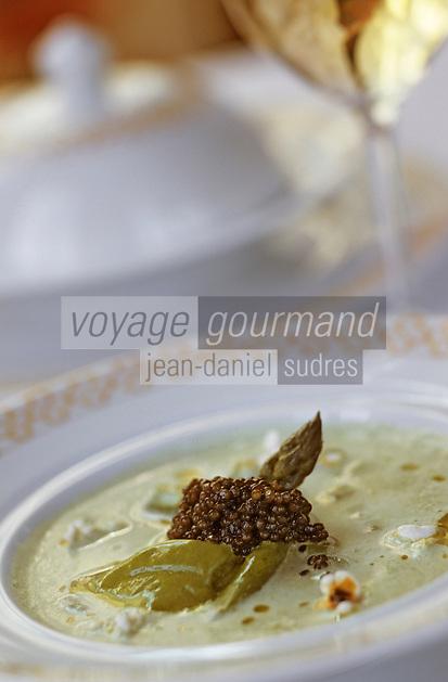 """Europe/France/Languedoc-Roussillon/11/Aude/Carcassonne: Crème d'asperges au caviar Savruga et au pop corn - Recette de F. Putelat du restaurant """"La Barbacane"""" hôtel de la cité"""