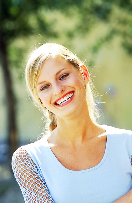 Beaute, femme blonde souriant *** Young blonde smiling, Female Beauty