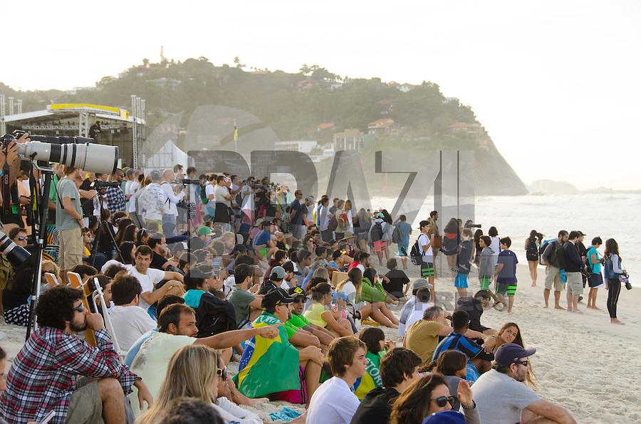 RIO DE JANEIRO, RJ, 15.05.2015 - MUNDIAL DE SURF - Público assiste ao Oi Rio Pro, etapa brasileira do circuito mundial da Wolrd Surf League (WSL), que acontece na praia da Barra da Tijuca, na zona oeste, nesta sexta-feira (15). (Foto: João Mattos / Brazil Photo Press)