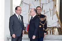 PARIS PALAIS DE L ELYSEE LE 01 / 02 / 2017<br /> FRANCOIS HOLLANDE ET BERNARD CAZENEUVE EN DISCUSSION A L ISSUE DU CONSEIL DES MINISTRES .