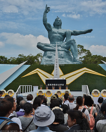 August 9, 2016, Nagasaki, Japan : People pray for atomic bomb victims in front of the Peace Statue after the ceremony of marking the 71th anniversary of the atomic bombing at Peace Park in Nagasaki, Japan, on August 9, 2016. (Photo by AFLO)
