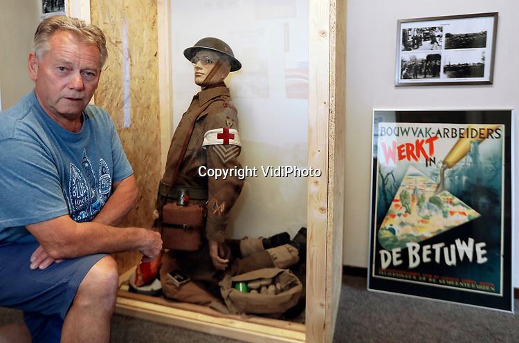 Foto: VidiPhoto<br /> <br /> OPHEUSDEN - Vanaf zaterdag 1 augustus opent in Opheusden een tijdelijk oorlogsmuseum zijn deuren, waarbij de Slag om Opheusden centraal staat. Tot september 1944 gebeurde hier niet zo veel, vertelt verzamelaar en een van de organisatoren, Stoffel Geurts (foto). Samen met met drie andere lokale verzamelaars van militaria is tot 1 november een kleine, maar boeiende expositie ingericht met niet alleen origineel materiaal en gebruiksvoorwerpen, maar ook veel bodemvondsten.
