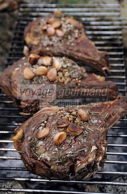 Europe/France/Gastronomie générale: Repas en plein air - Cuisson des côtes de boeuf à l'échalotte et aux herbes aromatiques - Barbecue