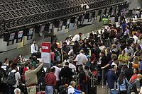 SAO PAULO, SP, 15/11/2013, MOVIMENTACAO CUMBICA. O aeroporto internacional de Guarulhos em Sao Paulo tem movimentacao intensa, nesse feriado da Proclamacao da Republica (15). LUIZ GUARNIERI/BRAZIL PHOTO PRESS.
