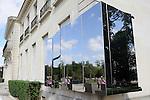 &Eacute;v&eacute;nement autour du ch&acirc;teau<br /> Pose de la premi&egrave;re plaque d'inox poli miroir<br /> <br /> Parc Culturel de Rentilly<br /> Bussy-Saint-Martin<br /> le 15/09/2012<br /> &copy; Laurent Paillier / photosdedanse.com