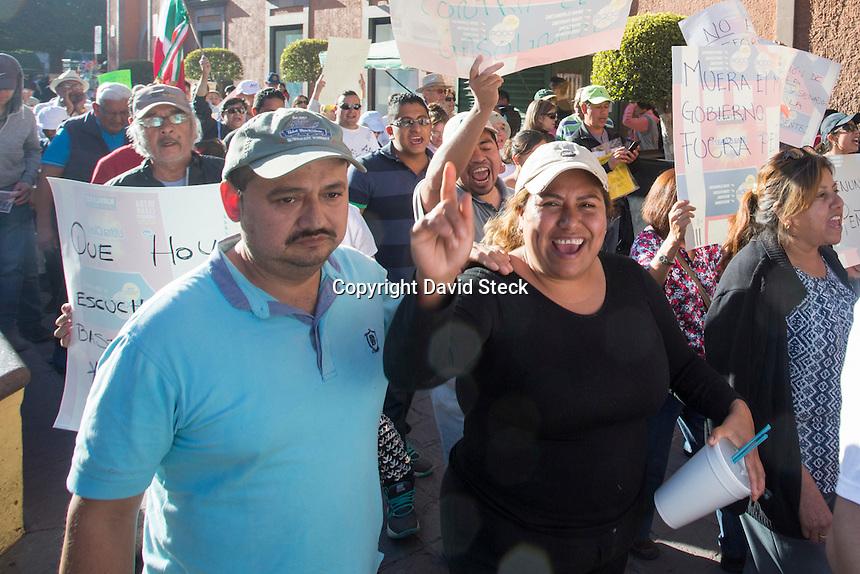 Quer&eacute;taro, Qro. 22 de enero de 2017.- Aspectos de la Tercera &quot;Marcha Nacional en contra del Gasolina y Todas las Reformas Estructurales&quot;  en la capital del estado. Los asistentes a la marcha que arranc&oacute; desde la calle de Corregidora proximo a la Alameda Hidalgo se dirigieron a la sede del poder ejecutivo en la Plaza de Armas para participar en mesas redondas donde se plantearon acciones a futuro.<br /> <br /> Foto: David Steck