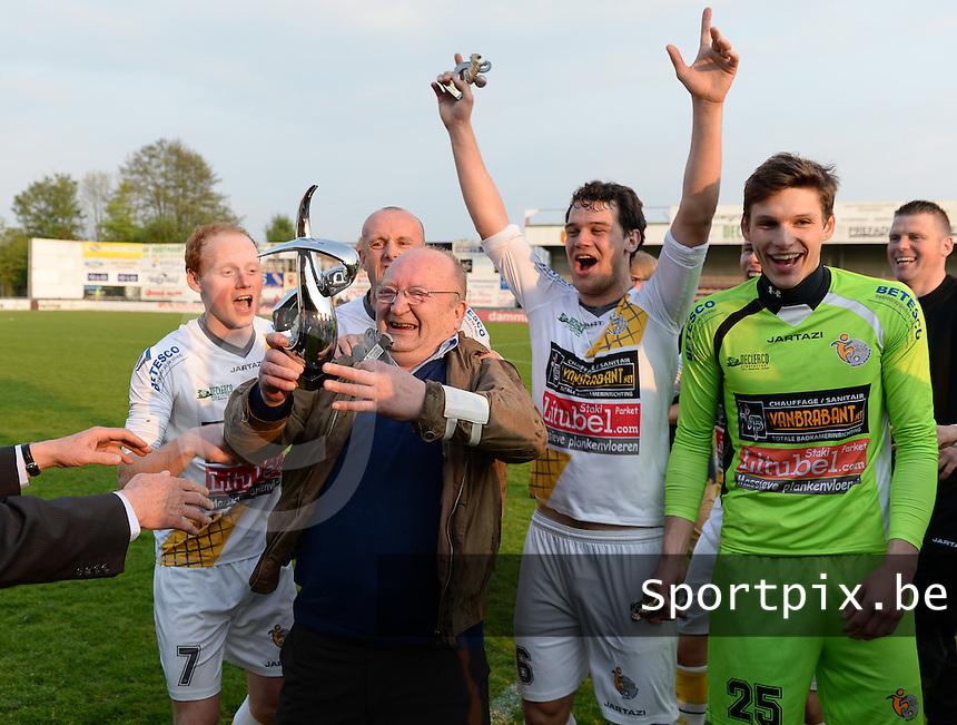 Finale Beker van West-Vlaanderen - SC Wielsbeke - SV De Ruiter : Wielsbeke viert de bekerwinst<br /> foto VDB / BART VANDENBROUCKE