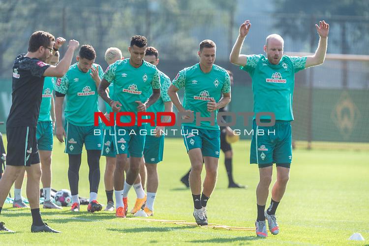 15.09.2020, Trainingsgelaende am wohninvest WESERSTADION - Platz 12, Bremen, GER, 1.FBL, Werder Bremen Training<br /> <br /> Aufwaermtraining<br /> <br /> Leonardo Bittencourt  (Werder Bremen #10)<br /> Kevin Möhwald / Moehwald (Werder Bremen #06)<br /> Niklas Moisander (Werder Bremen #18 Kapitaen)<br /> Milos Veljkovic (Werder Bremen #13)<br /> Henrik Frach (Athletik-Trainer SV Werder Bremen )<br /> <br /> Foto © nordphoto / Kokenge