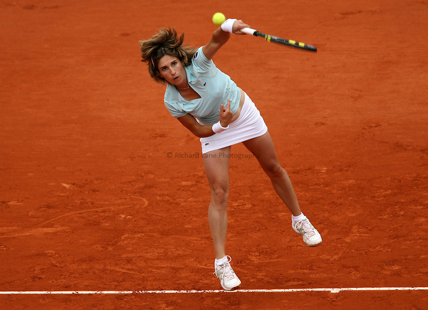 Photo: Maarten Straetemans..French Open, Roland Garros 2007. 30/05/2007..Emilie Loit of France serves.