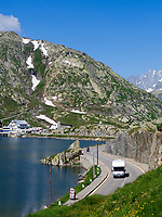 CHE, Schweiz, Kanton Bern, Berner Oberland, Grimselpass (2.165 m) - Grenze der Kantone Bern und Wallis: mit Grimselsee und Wohnmobil | CHE, Switzerland, Bern Canton, Bernese Oberland, Grimselpass (2.165 m) - border of cantones Bern +Valais: with Lake Grimsel + camper