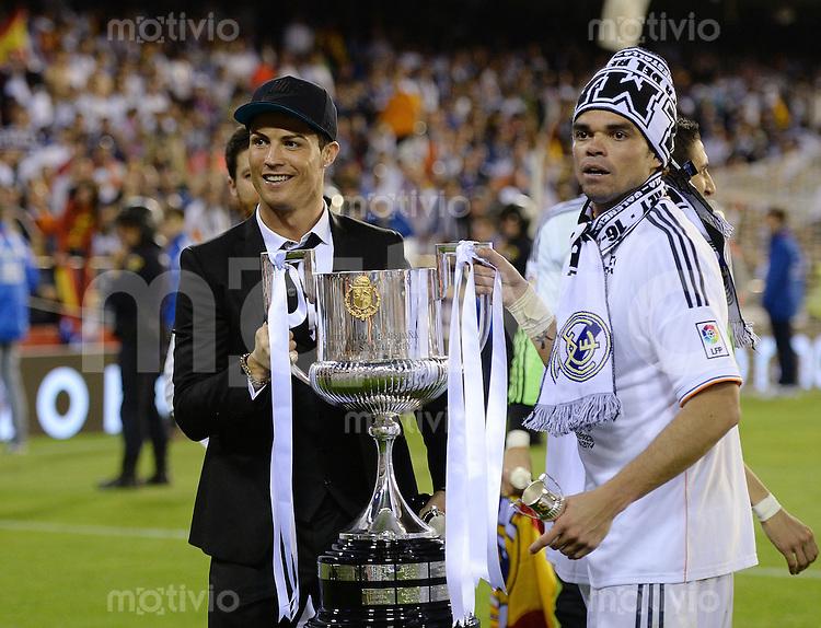 FUSSBALL  INTERNATIONAL Copa del Rey FINALE  2013/2014    FC Barcelona - Real Madrid            16.04.2014 JUBEL Real Madrid; Cristiano Ronaldo (li) und Pepe jubeln mit dem Pokal