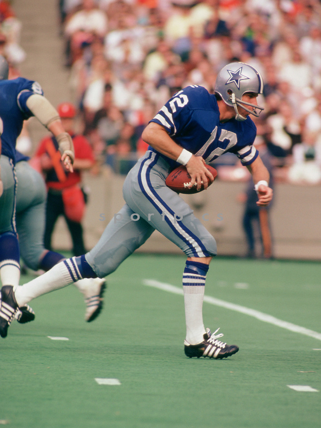 Dallas Cowboys Roger Staubach (12) during a game from his 1974 season with the Dallas Cowboys. Roger Staubach was a 6-time Pro Bowler and was inducted to the Pro Football Hall of Fame in 1985.(SportPics)