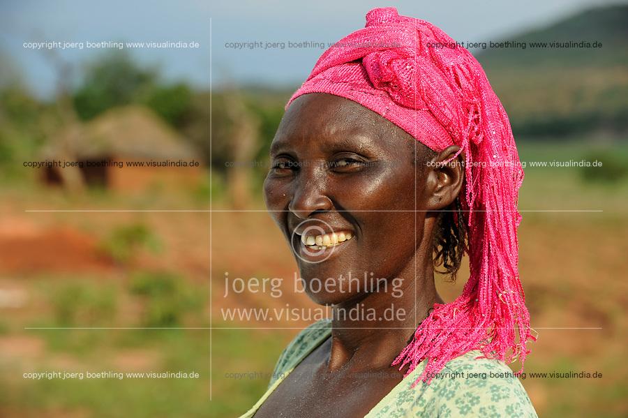 ANGOLA Kwanza Sul village Catchandja, rural development project of ACM-KS, portraet of woman with pink headscsarf / ANGOLA Kwanza Sul, laendliches Entwicklungsprojekt ACM-KS, Dorf Catchandja, Portraet einer Frau mit rosa Kopftuch