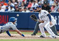 Cody Bellinger (i) . And Eric Hosmer. (d.).<br /> Acciones del partido de beisbol, Dodgers de Los Angeles contra Padres de San Diego, tercer juego de la Serie en Mexico de las Ligas Mayores del Beisbol, realizado en el estadio de los Sultanes de Monterrey, Mexico el domingo 6 de Mayo 2018.<br /> (Photo: Luis Gutierrez)