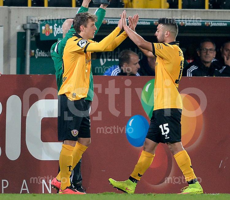 FUER SZ FREI, PAUSCHALE GEZAHLT!!!<br /> Fu&szlig;ball, Sachsen - Pokal, Saison 2015/2016, Achtelfinale, SG Dynamo Dresden - Chemnitzer FC (CFC), Freitag (09.10.2015), Stadion Dresden.<br /> Dresdens Niklas Hauptmann (li.) wird f&uuml;r Aias Aosman eingewechselt.<br /> Foto: Robert Michael / www.robertmichaelphoto.de